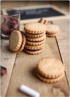 """Après les Oreo maison, voici une nouvelle recette de biscuits industriels que j'ai revisité dans une version """"Home made"""". Ce sont deux sablés qui enferment"""