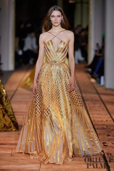 May 2020 - The complete Zuhair Murad Spring 2020 Couture fashion show now on Vogue Runway. Style Haute Couture, Haute Couture Dresses, Spring Couture, Couture Week, Juicy Couture, Evening Gowns Couture, Look Fashion, Runway Fashion, Fashion Show
