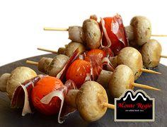 Brocheta de jamón ibérico #MonteRegio, champiñones y tomate cherry ¡Feliz Lunes!