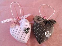 Corações amarrados, recheados com muito perfume, um charme... www.facebook.com/Arteirosateliedeideias www.marcia-arteiros.com http://marciabekcivanyi.elo7.com.br