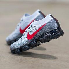 Nike Air Vapormax 1 OG Pure Platinum / University Red Credit : YCMC Kicks Shoes, Fly Shoes, Nike Vapor, Sneakers Fashion, Fashion Boots, Fashion Hub, Air Max Sneakers, Shoes Sneakers, Baskets