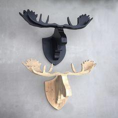 'Moose Henk & Harry' van steigerhout. Dit zijn Henk en Harry, twee steigerhouten elandkoppen voor aan je muur. Prachtig voor boven de open haard, in het trappengat of aan een lange wand. Afmeting: gewei 88 cm breed Kleur: naturel of zwart meer info: www.w00tdesign.nl