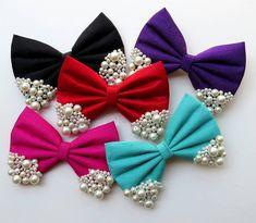 Image may contain: 1 person Diy Hair Bows, Making Hair Bows, Diy Bow, Diy Ribbon, Ribbon Crafts, Ribbon Bows, Felt Crafts, Diy And Crafts, Diy Accessoires