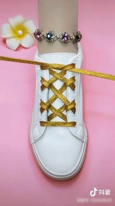 Ways To Lace Shoes, How To Tie Shoes, Ways To Tie Shoelaces, Diy Clothes And Shoes, Diy Fashion Hacks, Hand Embroidery Videos, Diy Bracelets Easy, How To Wear Scarves, Clothing Hacks