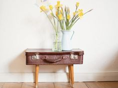 Du hast Lust auf Veränderung und liebst Upcycling? Als großer Upcycling-Fan zeigt Dir Marie von DaWanda, wie Du aus einem alten Lederkoffer und 4 alten Holzbeinen einen coolen, neuen Nachttisch selbst bauen kannst.