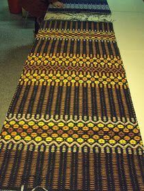 Kylläpä tuo aika vierähtää nopeasti. Vedimme vihdoin pannunalusloimen tukille, sillä loimi on jo ollut valmiina jonkin aikaa, mutta kun ... Designer Bed Sheets, Rug Inspiration, Recycled Fabric, Scandinavian Style, Cool Rugs, Home Textile, Woven Rug, Handmade Rugs, Pattern Design