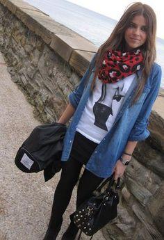 Una camisa de jean es un básico en el closet lo puedes combinar con un estilo casual o elegante