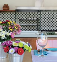 Churrasqueiras para curtir - Baldes de zinco com flores do campo enfeitam a mesa de madeira da Etel (Foto: Casa e Jardim) https://br.pinterest.com/pin/560698222351830122/