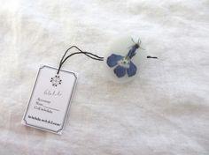 押し花を封じ込めたボタンです。飾りボタンとしてや、ヘアゴム、パーツをくっつけてブローチや指輪にしてもかわいいですね。封入されているのは、小さな蝶々のような花 ... ハンドメイド、手作り、手仕事品の通販・販売・購入ならCreema。