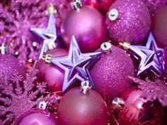 Bolas fucsia y estrellas moradas para decorar en Navidad