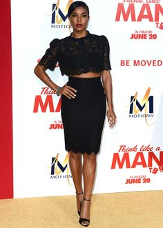Gabrielle Union usa top cropped de renda com saia lápis em red carpet.