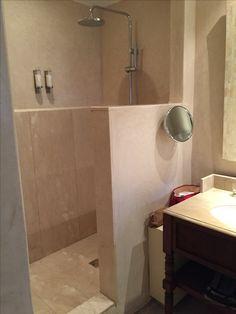 salle de bain revetement tadelakt blanc (enduit à la chaux oriental ...