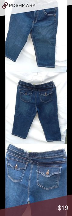 Gloria Vanderbilt size 12 mid calf  great looking This  is a great pair of Gloria Vanderbilt Capri . Fit about mid calf. Size 12 blue jeans Gloria Vanderbilt Jeans Boot Cut