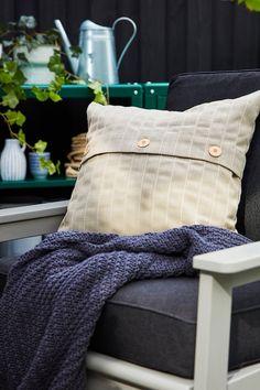 IKEA Deutschland | Platz im Freien, egal, wie groß er auch sein mag, ist Gold wert. Hier kannst du Frieden finden und deine Akkus aufladen. Es lohnt sich also, aus deiner Terrasse einen kuscheligen Aufenthaltsort zu machen. #IKEA #Terrasse #gestalten #Balkon #modern #gemütlich #Gartenmöbel #Garten #Balkon #outdoor #draußen #scandi #skandi #scandinavian #interior #interieur #design #Sommer #summer Outdoor Cushions, Outdoor Chairs, Outdoor Furniture Sets, Home And Living, Home And Family, Large Plant Pots, Couples Apartment, Cushions To Make, Outdoor Cafe