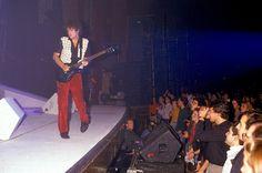 Esa primera fila maravillada con el gran Gustavo Adrian Cerati! Foto inédita, Gran Rex 1991. Soda Stereo, Concert, Life, Cantinflas, Gustavo Cerati, Skinny, Musica, Sodas, Concerts