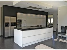 Hoogglans greeploze keuken met plafondunit.