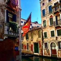 On April 25 is St. Mark's Day , the patron Saint of the city of Venice, and the Feast of Bocolo (bud): every man gives a rosebud to the woman he loves. In the mid 1800s Maria, daughter of the Doge, fell in love with Tancredi, a young man of humble origins. The Doge obviously did not approve of this relationship. The girl suggested Tancredi to enlist in the war against the Turks and earn her father's respect thanks to military merits.The young man fought bravely and gained a huge fame. But…