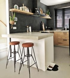 Urban Industrial Decor Tips From The Pros Have you been thinking about making changes to your home? Are you looking at hiring an interior designer to help you? Kitchen On A Budget, Kitchen Dining, Kitchen Decor, Industrial Kitchen Island, Industrial Interiors, Beautiful Kitchens, Interiores Design, Interior Styling, Ideas