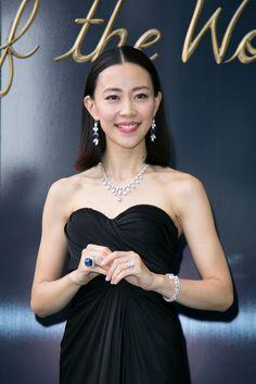 木村佳乃:総額29億円ジュエリーに「ドキドキ」 大胆ドレスでハリー・ウィンストン銀座本店に