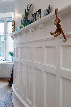 Bröstpanelen, som ett smycke i sig Panel Moulding, Wall Molding, Moldings, Interior Trim, Interior And Exterior, Interior Design, Narrow Hallway Decorating, Ceiling Treatments, Board And Batten