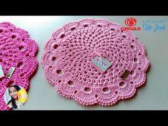O sousplat é uma peça que apoia os pratos em uma mesa posta e traz charme para qualquer refeição. Veja modelos, salve lindas ideias e aprenda como fazer! Crochet Circles, Crochet Mandala, Crochet Flowers, Crochet Home, Crochet Gifts, Crochet Baby, Crochet Table Mat, Crochet Placemats, Sewing Patterns