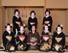 January 2018: The Shigemori Okiya of Miyagawacho posing for a family-picture during Shin Aisatsu. Front row: Maiko Koyoshi, Maiko Fukutama, the okaasan, Maiko Koen and Maiko Koharu. Back row: Geiko Kofuku, Geiko Fukuhiro and Geiko Fukuchō.