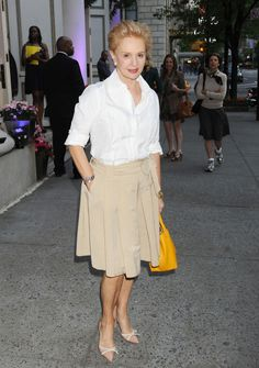 Carolina Herrera's bow-embellished nude pumps were a charming addition to her simple outfit.