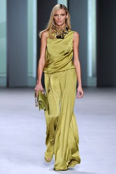 Guarda la sfilata di moda Elie Saab a Parigi e scopri la collezione di abiti e accessori per la stagione Collezioni Primavera Estate 2011.