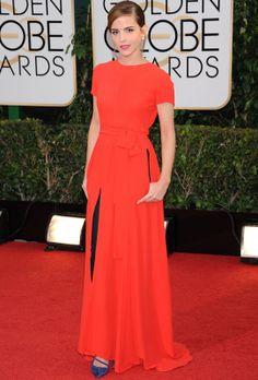 Emma Watson con vestido rojo de Christian Dior Couture con detalles en negro.
