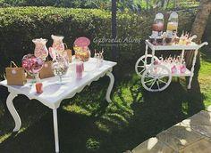 Decoração de festa feita por Gabriela Alves Decoradora e Projetista.  Cha de bebê Pietra (mesa dos doces e carrinho de bebidas)