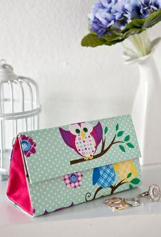 Material: • 2 caixas de leite • Tecidos liso e estampado • Cola branca • Pincel de cerdas duras • Tesoura • Estilete • Alicate •...