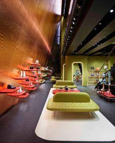Dit zijn de mooiste winkelinterieurs van 2015 | Miu Miu Aoyama - Herzog & De Meuron | ELLE Decoration NL