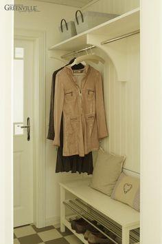 Eine Einbaunische als Garderobe mit Hutablage und Kleiderstange. Das ist praktisch und sieht gut aus. Die Wand schützen wir mit Greenville - Paneelen.