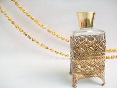 Métal encastré bouteille de parfum décoratif Vintage par Gem2thei, $14.00