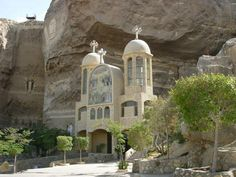 Coptic church at Moquattan Mountain above the Christian Garbage Village, Egypt. Visit Egypt, Church Architecture, Church Building, Cairo Egypt, Christian Church, Place Of Worship, Best Places To Travel, Africa Travel, Kirchen