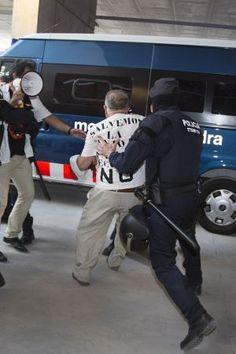 Manifestant protestant per les retallades a Bellvitge apartat pels mossos