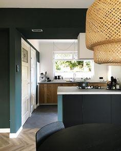 Zwart/groen/hout met betonnen aanrechtblad (@basichic_) Painting Kitchen Cabinets, Kitchen Paint, Farmhouse Homes, Hgtv, Diy Home Decor, Architecture, Table, Nars, Inspiration