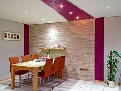 Erstaunliche Effekte - Neue Decken geben Räumen ein völlig anderes Gesicht  (epr) Boden, Wand und Decke sind die drei Säulen, die das Ambiente im Zuhause wesentlich ausmachen.  Hell, modern und sympathisch wirkt dieser Essbereich, bei dem eine matte, weiße Decke mit einem farbigen Eyecatcher und Spots kombiniert wurde. (Foto: epr/PLAMECO)