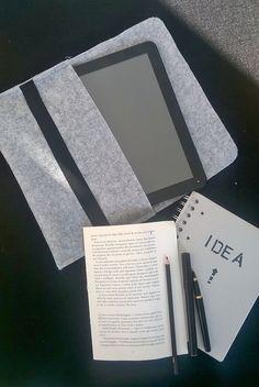 Custodia tablet in feltro grigio con chiusura elastica.  Tablet case grey felt with elastic closure.