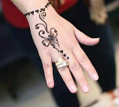 Simple Mehendi designs to kick start the ceremonial fun. If complex & elaborate henna patterns are a bit too much for you, then check out these simple Mehendi designs. Henna Tattoo Designs Simple, Mehndi Designs For Kids, Finger Henna Designs, Mehndi Designs For Beginners, Modern Mehndi Designs, Mehndi Designs For Fingers, Beautiful Henna Designs, Pretty Hand Tattoos, Henna Tattoo Hand