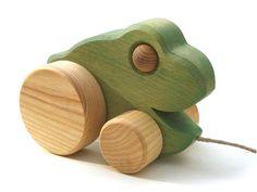 [Wooden Frog ウッデンフロッグ]プルトーイ カエル ラトビアの美しい田舎町スィグルダで作られる素朴な味わいの木製玩具。