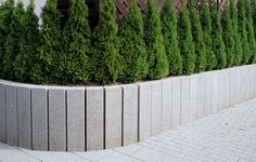 METTEN Alessio: Stelen Granitgrau-weiß.