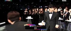"Yixing's reaction when EXO wins ""Artist of the Year in Asia"""