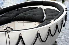 Heeft u een sloep en zijn de kussens versleten, verkleurd of wilt u een andere uitstraling? Wij verzorgen ook uw stoffering voor uw boot. Wij hebben een speciale collectie buitenstoffen, schimmelwerend en water afstotend. In vele kleuren. info@grootzinterior.nl