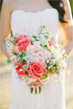 Lúčna ružovo biela svadobná kytica z ruží