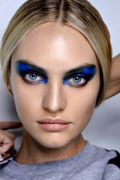 Very beautifull electric blue smokey eye. Very artistic. Magnifique smokey eye bleu éléctrique.Maquillage artistique.
