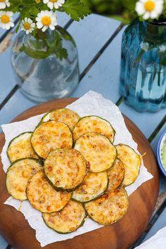 Zucchini-Parmesan-Chips aus ZWEI Zutaten. Unglaublich einfach und sooo gut. Dazu gibt es flotten Avocadodip, perfekt - kochkarussell.com