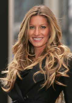 Gisele out on the town. Her blond hair shines even more with those amazing curls!