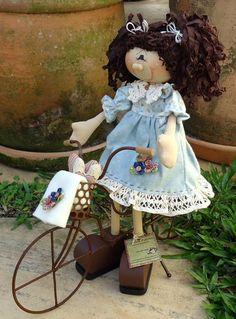 Boneca em madeira pintada à mão, bicicleta em ferro. Roupa confeccionada com tecido 100% algodão, nacional e/ou importado. Frete por conta do cliente. R$ 208,00