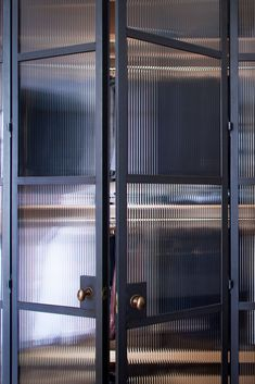 clean steel lines, modern and classic in design NgLp Designs shares CRITTAL-Style Steel Doors for the Home. Beautiful as they are, the screens a Timber Kitchen, Kitchen Doors, Open Plan Kitchen, Kitchen Art, Porta Diy, Zigarren Lounges, Crittal Doors, Parquet Chevrons, Steel Frame Doors